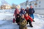Дети рядом с катком на площади