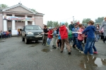 Перетягивание автомобилей детьми в День строителя. Фото_13