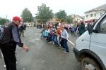 Перетягивание автомобилей детьми в День строителя. Фото_17